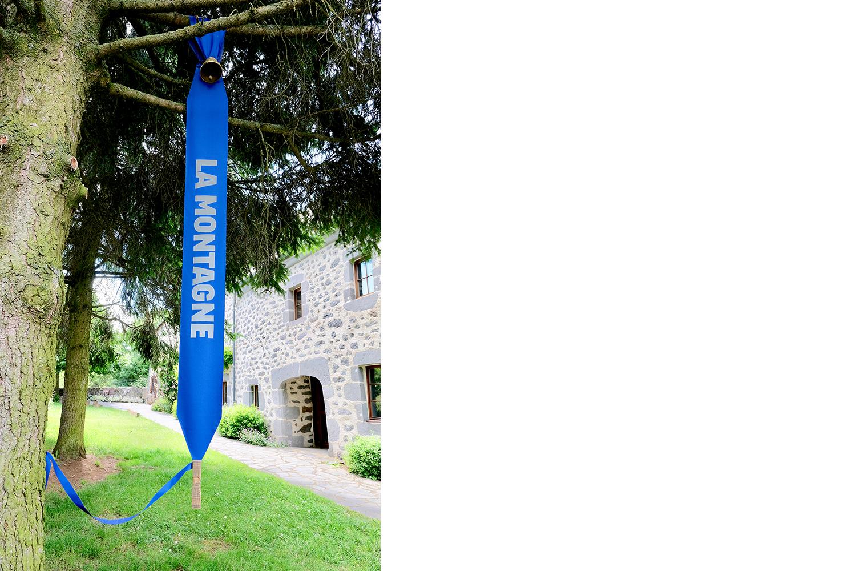 """banderole """"La montagne"""" installée au musée de l'agriculture de Coltines"""